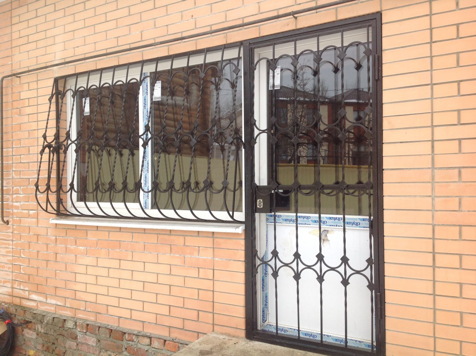 металлические решетки на окна с дверью
